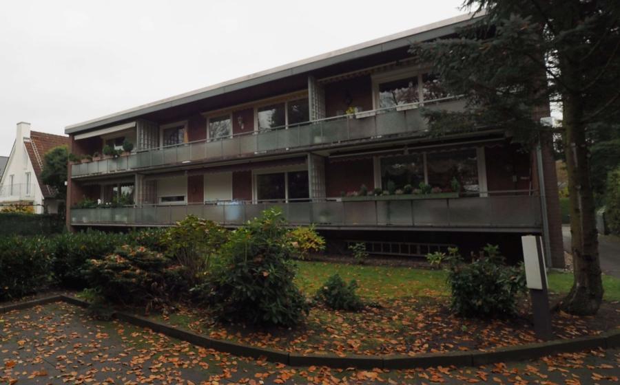 Ruhig gelegene 2-Zimmer-Wohnung mit großem Balkon, Garage und Pool - Hinteransicht
