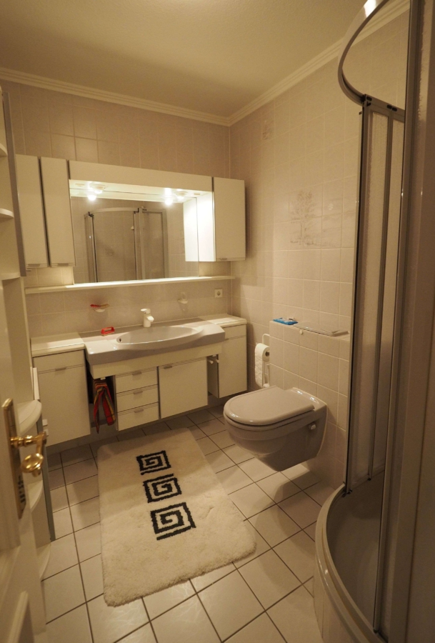 Ruhig gelegene 2-Zimmer-Wohnung mit großem Balkon, Garage und Pool - Badezimmer