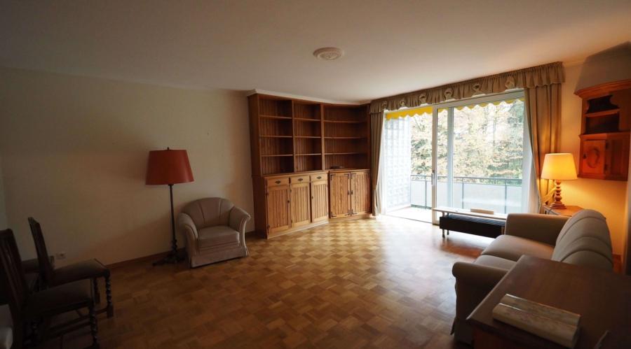 Ruhig gelegene 2-Zimmer-Wohnung mit großem Balkon, Garage und Pool - Wohnzimmer 1