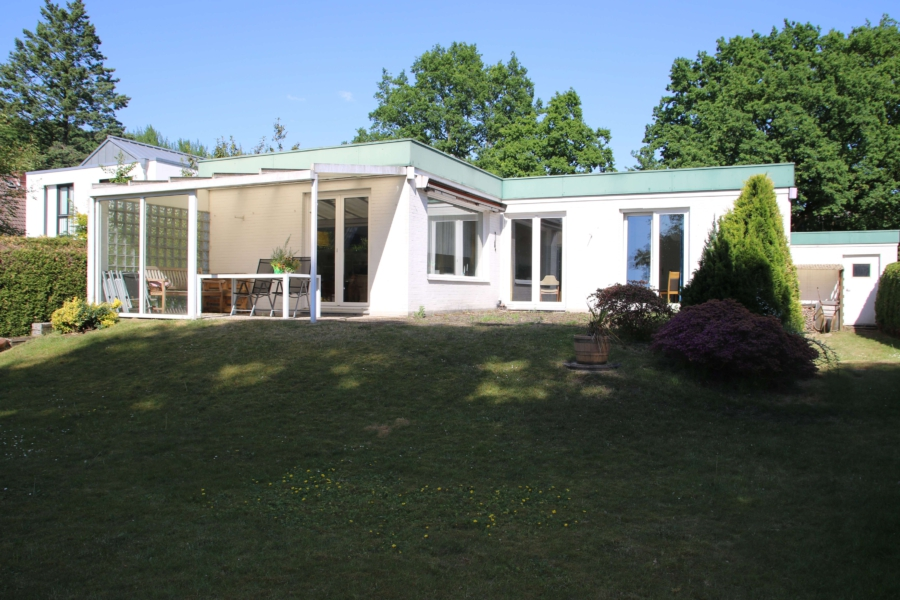 Flachdach-Bungalow auf ca. 710 m² sonnigem Grundstück zu kaufen - Garten