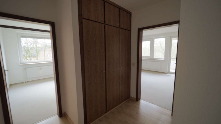 Ruhig, zentral gelegene 2 1/2-Zimmer-ETW inkl. Tiefgaragenstellplatz in Hummelsbüttel - Einbauschrank